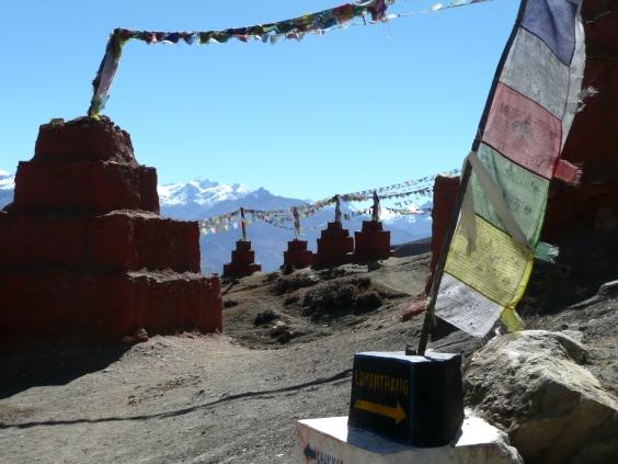 Chorten og bønneflagg Ghar Gompa/Dag Norling